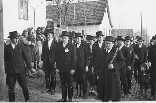 Lakodalmas menet indul 1946-ban a Malom utca 36. és 38. sz. elöl …
