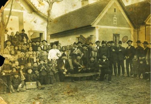 A kép nagy valószinûséggel a Szép utcában készült az 1910-es években, az alkalom nem ismert.