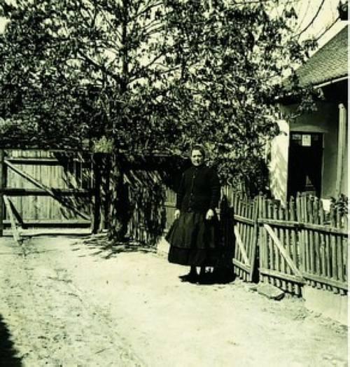 Szaller Jánosné (Száli néni) a mostani faluház udvarán 1945-ben.