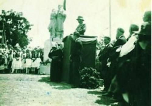 A hõsi emlékmû avatása 1935-ben. Kovács Mária (Kõnig Andrásné) a magyar ruhás lányok között.