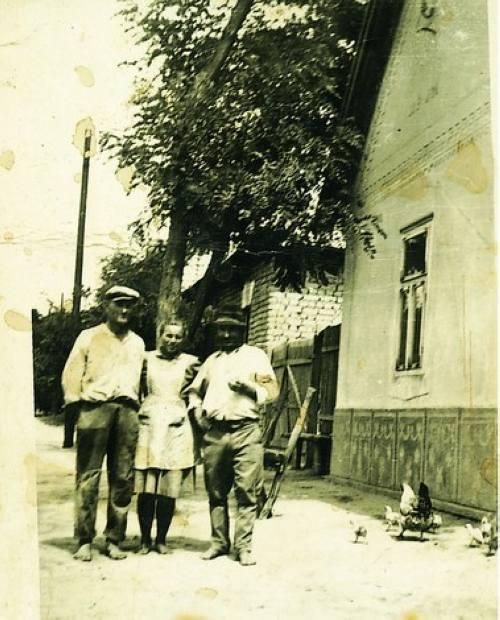 A Szalma utca 1950-ben. A ház elõtt (jobbról) Tunner István, Petrányi Magdolna (Herman Györgyné) és Rizmajer János (Rezgõ Hanzi).