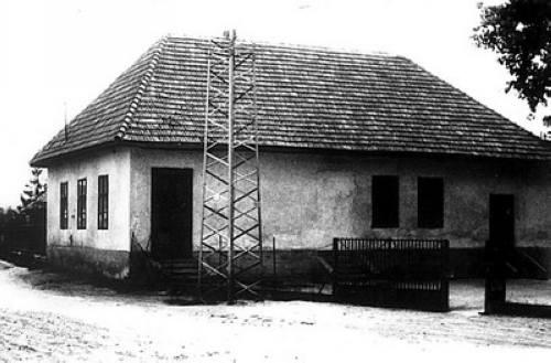 A régi iskola egyik épülete – jól láthatóan a középsõ tanterem ajtaját befalazták és az új iskola (1963/64 tanévben) megnyitása után a termet testnevelésre használták.